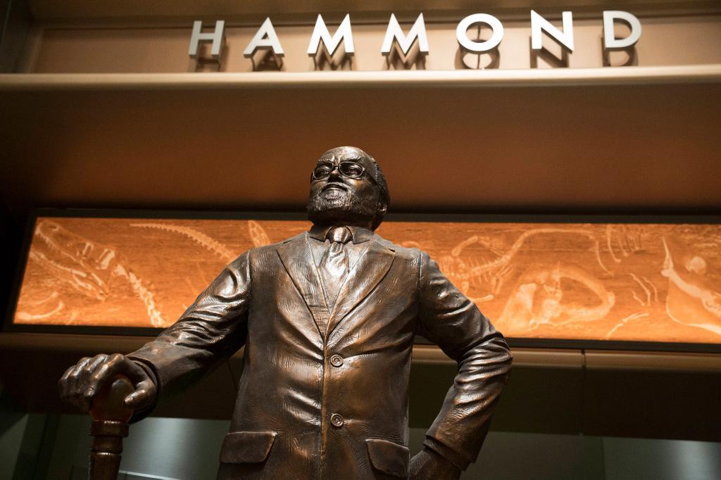 jurassik world hammond-statue-big